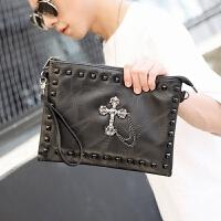 潮流个性十字铆钉链条手拿包 韩版新款男女手腕包 休闲商务文件包