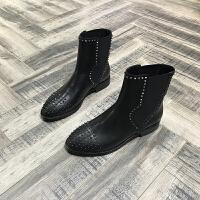 欧洲风格站2017秋冬新款女鞋胎牛皮铆钉圆头平跟中筒马丁靴套筒靴