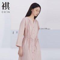 CHIN连衣裙夏新款抽绳收腰休闲宽松粉驼色小V领文艺中长裙