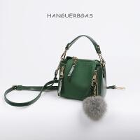 时尚女包水桶包迷你小包包斜挎包女韩版新款潮百搭单肩包 墨绿色 少量现货,送毛球