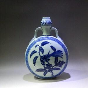 青花花鸟纹抱月瓶