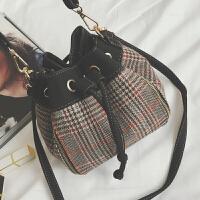 ulzzang斜挎包包2018秋冬新款格子呢子女包抽带水桶包单肩包小包