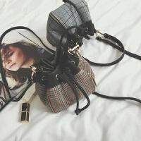 复古潮斜挎包包2018秋冬新款格子呢子女包抽带水桶包单肩包小包