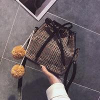 ulzzang斜挎包包 2018秋冬新款格纹呢子女包抽带水桶包单肩包小包