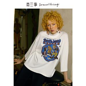 两三事摇滚滤镜 2019春装新款个性人物印花高领打底衫宽松T恤女