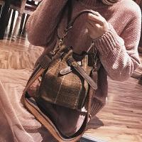 包包女新款潮韩版时尚毛呢宽带水桶包百搭少女斜挎单肩包