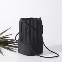 泰国设计褶皱包包圆桶底斜跨包手工布包单肩包女水桶包