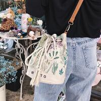 小包包女2018新款潮帆布印花单肩包韩版上新百搭斜挎包气质水桶包