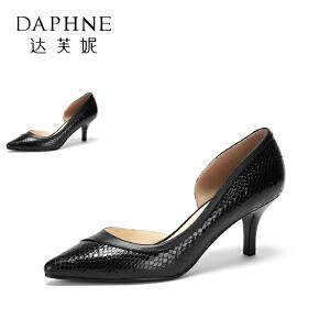 【双十一狂欢购 1件3折】Daphne/达芙妮圆漾系列  秋时尚拼接蛇纹尖头内空中跟女单鞋