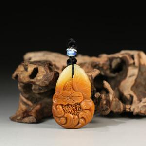寿山巧色芙蓉石 精雕鸳鸯戏水挂件 p4192