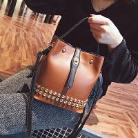 大包包女2018新款韩版女包大容量单肩包手提斜挎包复古铆钉水桶包