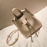 【】纯色抽带水桶包女春季新款欧美时尚单肩包复古斜挎包包潮SN9676 米白色 现货
