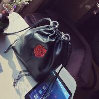 春季新品水桶包女包红色玫瑰花刺绣抽带小包链条小包包斜挎包