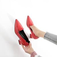 2018春秋新款浅口中跟单鞋漆皮红色小皮鞋女士粗跟尖头瓢仙女单鞋
