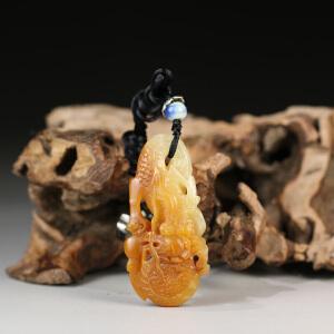 寿山黄白芙蓉石 精雕龙腾四海挂件 p4200