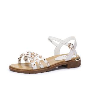 骆驼女鞋 2018夏季新款 简约摩登舒适低跟露趾搭扣时尚珠饰凉鞋
