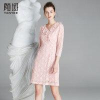 颜域品牌女装2018夏季装新款荷叶边蕾丝粉色镂空中长款修身连衣裙