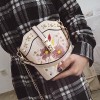 2018夏季女包港风复古手提小包链条chic斜挎包个性铆钉刺绣水桶包