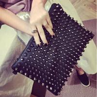 2018新款女士手拿包韩版时尚铆钉信封包软皮百搭手抓包大容量潮包 黑色