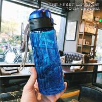 简约透明运动健身水壶男女学生便携塑料太空杯带提绳刻度随手杯子