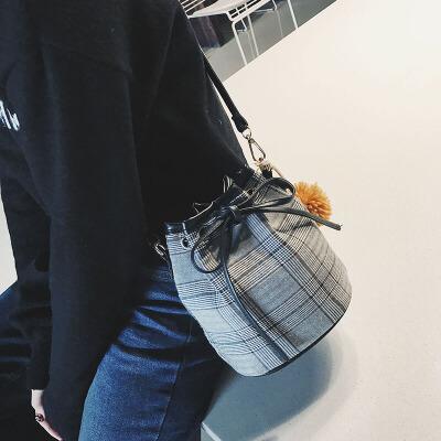 2018毛球格子女包时尚英伦风复古ulzzang单肩水桶包包潮流抽口包 发货周期:一般在付款后2-90天左右发货,具体发货时间请以与客服协商的时间为准