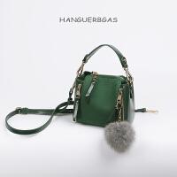 时尚女包水桶包迷你小包包斜挎包女韩版新款潮百搭单肩包 墨绿色 少量,送毛球