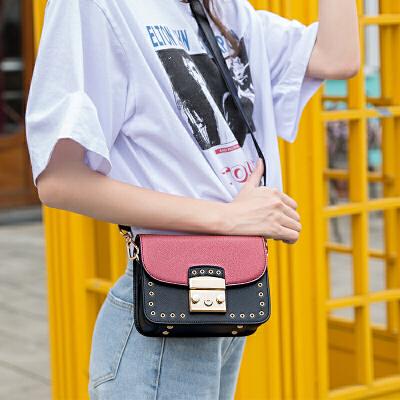 toutou2017新款包包女韩版宽肩带个性时尚铆钉锁扣小方包宽带单肩斜挎包火遍时尚圈的宽肩带 你get了吗