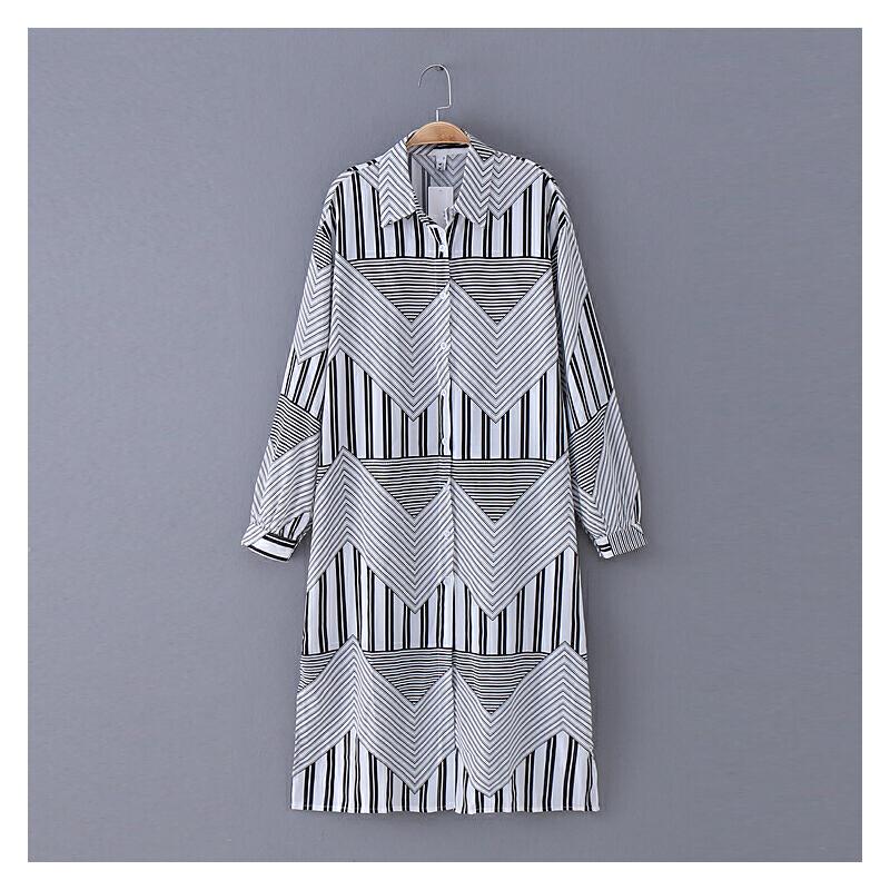 432 女装 春季新款几何图案翻领排扣中长款长袖衬衫雪纺衫 发货周期:一般在付款后2-90天左右发货,具体发货时间请以与客服商的时间为准