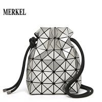 新款折叠女小包包三宅同款几何菱格包抽绳束口水桶包单肩斜挎包