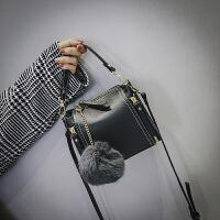 斜挎包女迷你小包包2018新款潮韩版百搭时尚单肩包女包手提水桶包 黑色 配送毛球