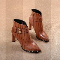 小跟短靴女秋冬2018新款尖头粗跟高跟鞋时尚马丁靴黑色女靴子SN7069 棕色 内里绒