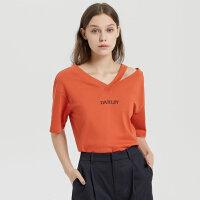 【1件2.5折到手价:63.8】纯棉MECITY女装时髦字母不对称V领T恤