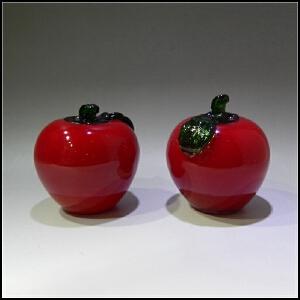 二十世纪80年代 红料制瓜果摆饰一对