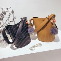 水桶小包包女2018新款韩版简约绣线气质单肩包子母百搭复古斜跨包