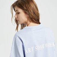 【1件4折到手价:86】MECITY女装白色时尚字母装饰落肩袖T恤