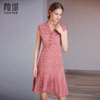 颜域品牌女装2018夏装新款红色格子连衣裙荷叶边V领修身无袖裙子