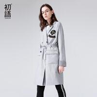 初语2018春季新款西装领修身字母刺绣插肩袖中长款风衣女百搭外套