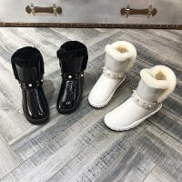 欧洲风格站2017冬季新款女鞋漆皮雪地靴铆钉羊皮毛一体保暖短棉靴